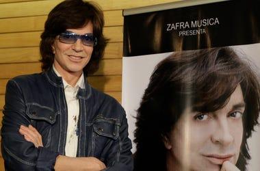 En esta foto del 4 de noviembre del 2009, el cantante español Camilo Sesto posa junto a un afiche con su imagen durante una conferencia de prensa en la Ciudad de México. Sesto, un astro popular en los años 70 y 80 que vendió más de 100 millones de discos