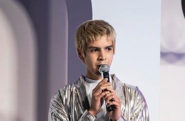 """En esta imagen difundida por HBO, el actor salvadoreño Julio Torres durante su especial de comedia """"My Favorite Shapes""""."""