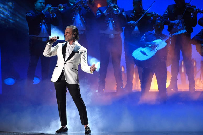 En esta foto del 16 de noviembre de 2017, Alejandro Fernandez canta en la ceremonia de los Latin Grammy en Las Vegas. Fernández recibirá el Premio a la Herencia Hispana por su trayectoria en la música el 1 de octubre de 2019 en el Centro Kennedy en Washin