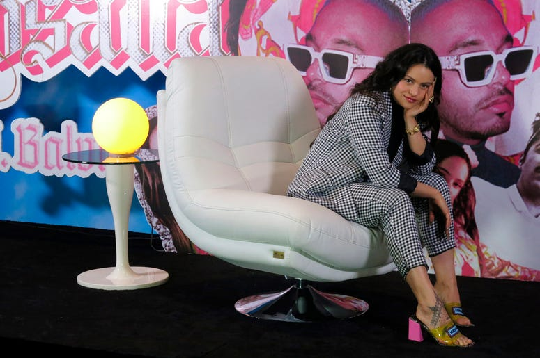 """En esta fotografía de archivo del 3 de abril de 2019 Rosalía posa durante una conferencia de prensa para promover su sencillo """"Con Altura"""" con J Balvin así como su participación en el Festival Ceremonia en la Ciudad de México."""