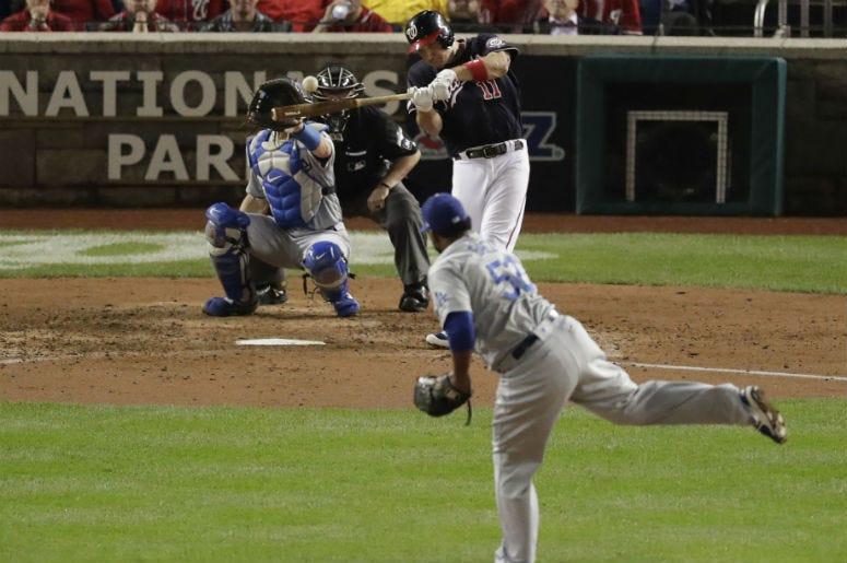 El jugador de los Nacionales de Washington, Ryan Zimmerman (11), conecta un jonrón de tres carreras contra el relevista de los Dodgers de Los Ángeles, el dominicano Pedro Báez (52), en el quinto inning del cuarto juego de la Serie Divisional de la Liga Na