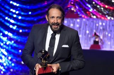"""En esta foto del 19 de noviembre del 2015, Juan Luis Guerra recibe el Latin Grammy al mejor álbum tropical contemporáneo por """"Todo tiene su hora"""" en Las Vegas."""