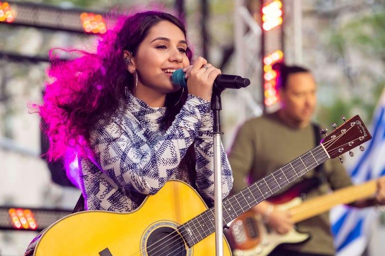 """Alessia Cara canta en el programa """"Today"""" de NBC, el viernes 11 de octubre del 2019 en la Plaza Rockefeller de Nueva York. Cara está entre los primeros artistas confirmados para actuar en la 20ma entrega anual de los Latin Grammy, el 14 de noviembre en La"""