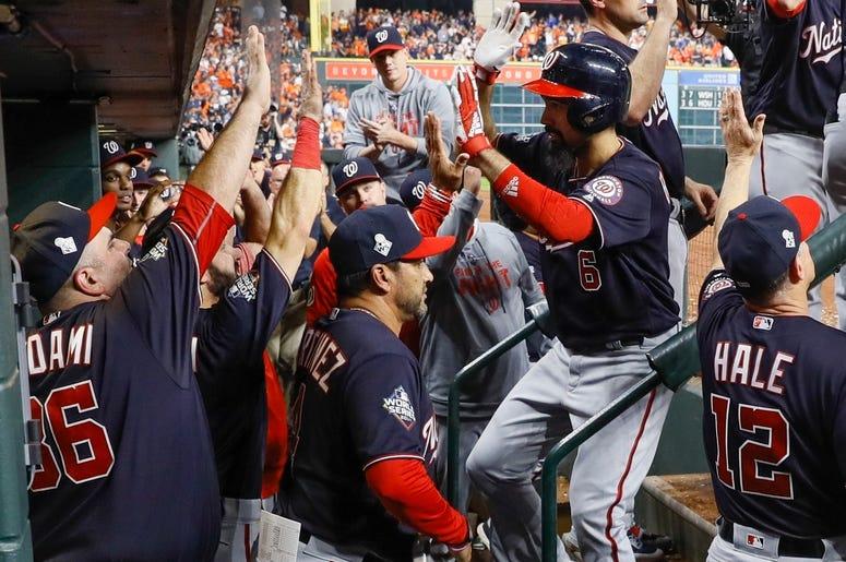 Anthony Rendón, de los Nacionales de Washington, es felicitado tras conectar un jonrón de dos carreras ante los Astros de Houston, en el sexto juego de la Serie Mundial, el martes 29 de octubre de 2019
