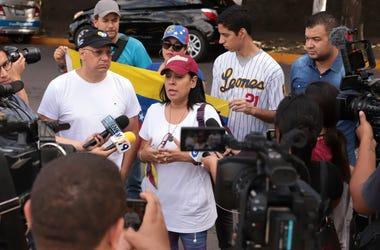 Algunos venezolanos hablan con la prensa frente a la embajada de su nación acerca de la orden del gobierno salvadoreño de expulsar a diplomáticos venezolanos en San Salvador, El Salvador, el domingo 3 de noviembre de 2019.