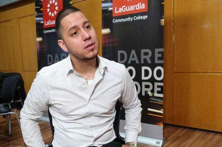 En esta foto del 7 de noviembre de 2019, Martin Batalla Vidal, receptor de la Acción Diferida para los Llegados en la Infancia, habla sobre su demanda para preservar el programa en Nueva York. Vidal es uno de los principales demandantes en uno de los caso
