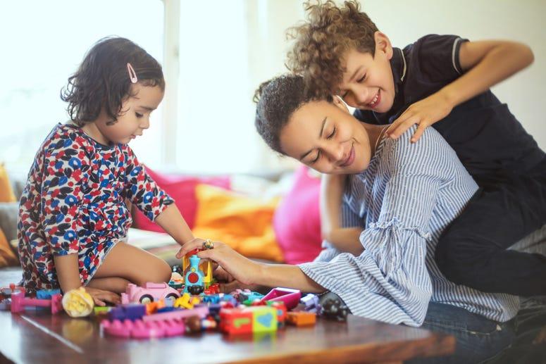 Familia jugando con blocks y juguetes