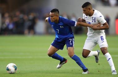 Darwin Ceren de El Salvador Luchando la pelota con Bry=an Acosta de Honduras en un juego de la Concacaf Copa De Oro 2019