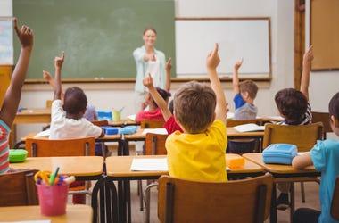 Niños en salón de clase con maestra