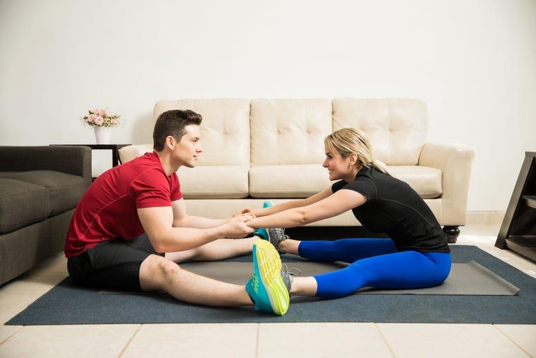 Pareja haciendo ejercicios en casa