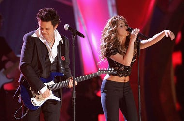 Singer Shakira performs with singer Alejandro Sanz onstage at the 7th Annual Latin Grammy Awards at Madison Square Garden November 2, 2006 in New York City.