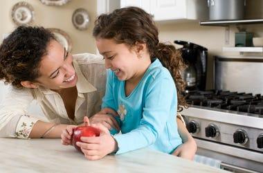 Madre e hija en la cocina