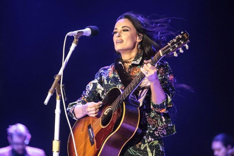 Video: Kacey Musgraves Le Rinde Tributo a Selena Quintanilla