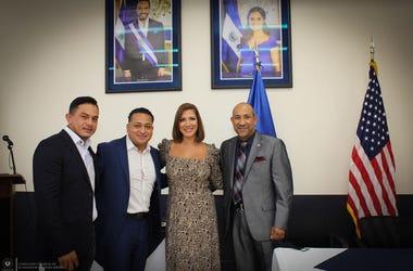 El Meneo recibe reconocimiento de el consulado de El Salvador