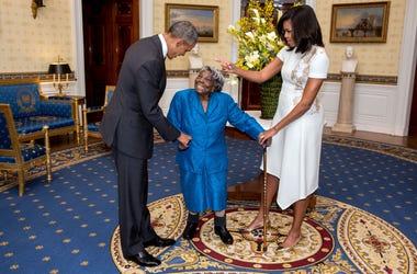 Virginia McLaurin de 106 años de edad baila con Barack y Michelle Obama en la Casa Blanca