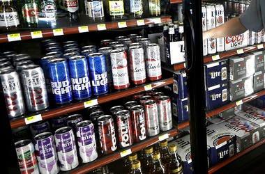 En esta fotografía de archivo del 19 de abril de 2017, se observa un refrigerador de cervezas atrás de un mostrador de una tienda en Sheridan, Indiana.