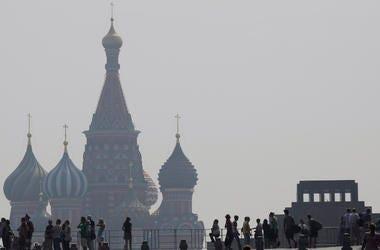 En esta imagen del 29 de julio de 2010 se ve la catedral de San Basilio, en Moscú, en una densa capa de smog durante una ola de calor.