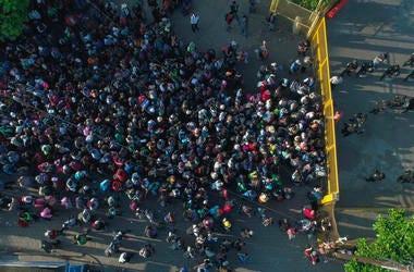 Migrantes centroamericanos se aglomeran en Tecun Uman, en la frontera entre México y Guatemala, el 2 de noviembre del 2018.