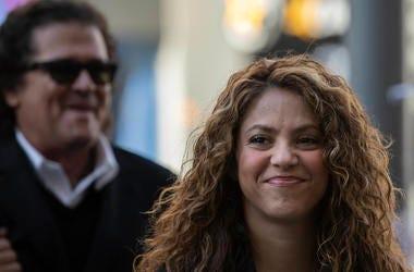 Los cantantes colombianos Shakira (derecha) y Carlos Vives (detrás) a su llegada a un juzgado en Madrid, el 27 de marzo de 2019.