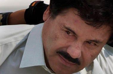 """En esta imagen de archivo del 22 de febrero de 2014, Joaquín """"El Chapo"""" Guzmán es escoltado a un helicóptero esposado por marines de la Marina mexicana en un hangar militar en Ciudad de México."""