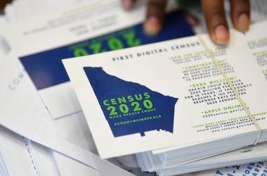 Un empleado muestra folletos relacionados con el censo 2020 de Estados Unidos en una reunión en el estado de Georgia, el 13 de abril de 2019.