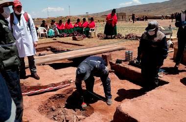 Trabajadores extraen vasijas prehispánicas en el templo de Kalasayaya en la antigua ciudad de Tiwanaku, Bolivia, el miércoles 19 de septiembre de 2019.