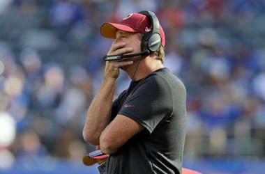 En imagen de archivo del 29 de septiembre de 2019, el entrenador en jefe de los Redskins de Washington, Jay Gruden, sigue las acciones del partido ante los Giants de Nueva York, en East Rutherford, Nueva Jersey.