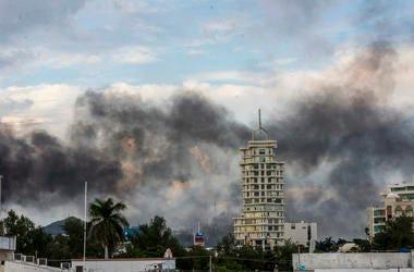 Humo procedente de la quema de autos cubre parte de la ciudad de Culiacán, México, el 17 de octubre de 2019.