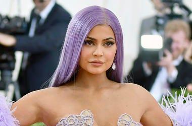 En esta foto del 6 de mayo del 2019, Kylie Jenner asiste a la gala benéfica del Instituto del Vestuario del Museo Metropolitano de Arte en Nueva York. Jenner está vendiendo una participación de su firma de cosméticos a la propietaria de CoverGirl, Coty, e