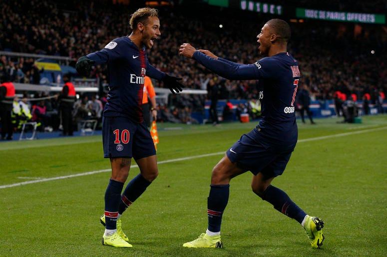 Kylian Mbappé, derecha, se dirige al brasileño Neymar, para festejar el segundo gol del PSG en el partido de la liga francesa ante Lille en el estadio Parc des Princes de París, el viernes 2 de noviembre de 2018. Las esperanzas Paris Saint-Germain de bril