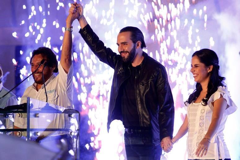 El presidente electo de El salvador Nayib Bukele, en el centro, su esposa Gabriela, a la derecha, y el vicepresidente electo Félix Ulloa saludan a sus simpatizantes en San Salvador el domingo 3 de febrero de 2019.