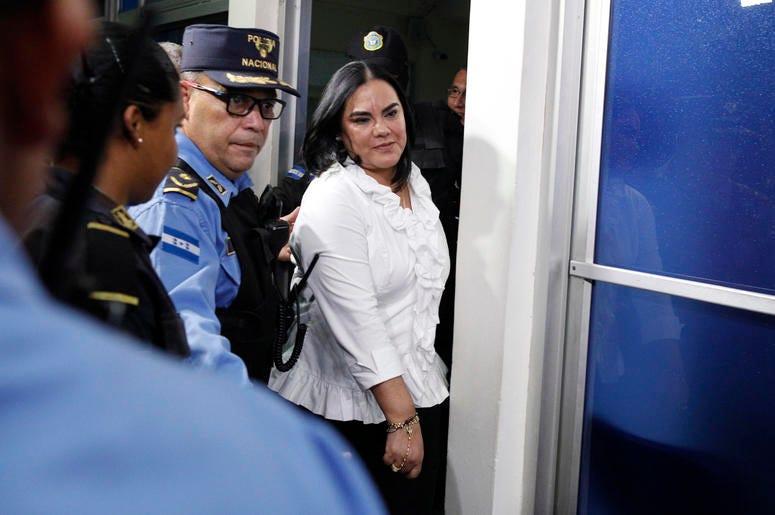 En esta imagen, tomada el 20 de agosto de 2019, la ex primera dama de Honduras, Rosa Elena Bonilla de Lobo, sale de un juzgado tras ser condenada por cargos de corrupción, en Tegucigalpa, Honduras. Un tribunal condenó a Bonilla por la apropiación indebida