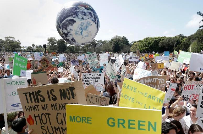 Un gran globo que simula la Tierra rebota entre los miles de asistentes, muchos de ellos estudiantes, a una protesta contra el cambio climático, en Sydney, Australia, el 20 de septiembre de 2019.