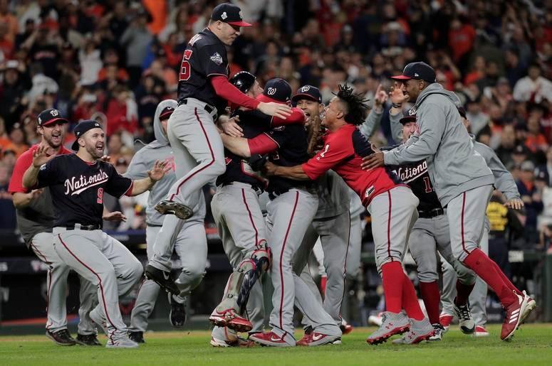 Los Nacionales de Washington festejan tras ganar el séptimo partido de la Serie Mundial frente a los Astros de Houston, el miércoles 30 de octubre de 2019, en Houston.