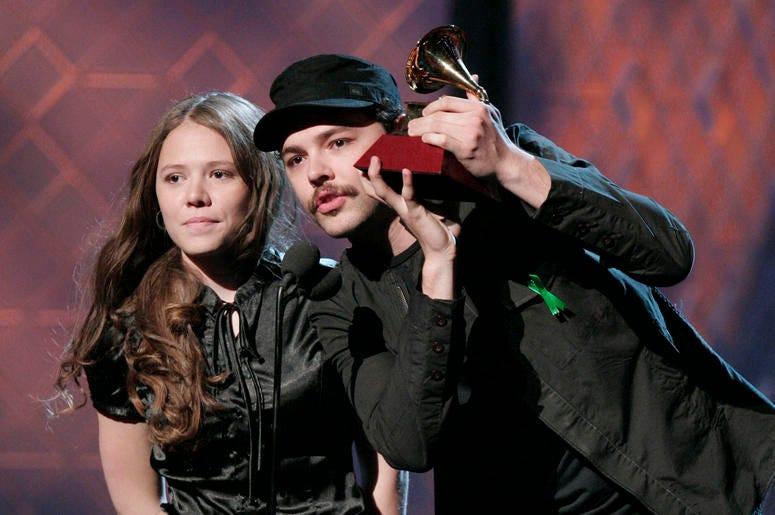 En esta foto del 8 de noviembre del 2007, Jesse & Joy reciben el Latin Grammy al mejor nuevo artista en Las Vegas.