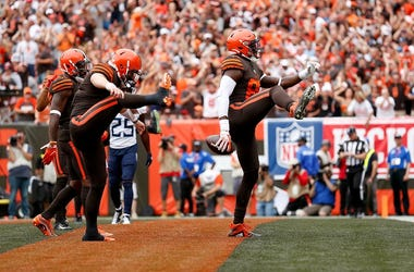 David Njoku #85 of the Cleveland Browns celebrates a touchdown with Baker Mayfield #6