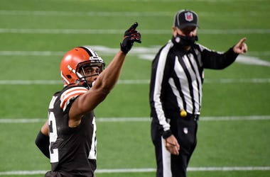 KhaDarel Hodge #12 of the Cleveland Browns signals a first down against the Cincinnati Bengals
