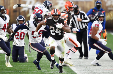 Nick Chubb #24 of the Cleveland Browns runs the ball for 59 yards against the Houston Texans during the second half at FirstEnergy Stadium