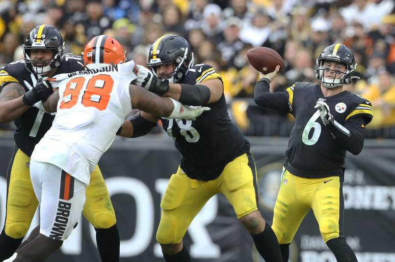 Pittsburgh Steelers offensive guard Ramon Foster (73) and offensive tackle Alejandro Villanueva (78) block Cleveland Browns defensive tackle Sheldon Richardson (98) as Steelers quarterback Devlin Hodges (6) passes the ball during the fourth quarter at Hei