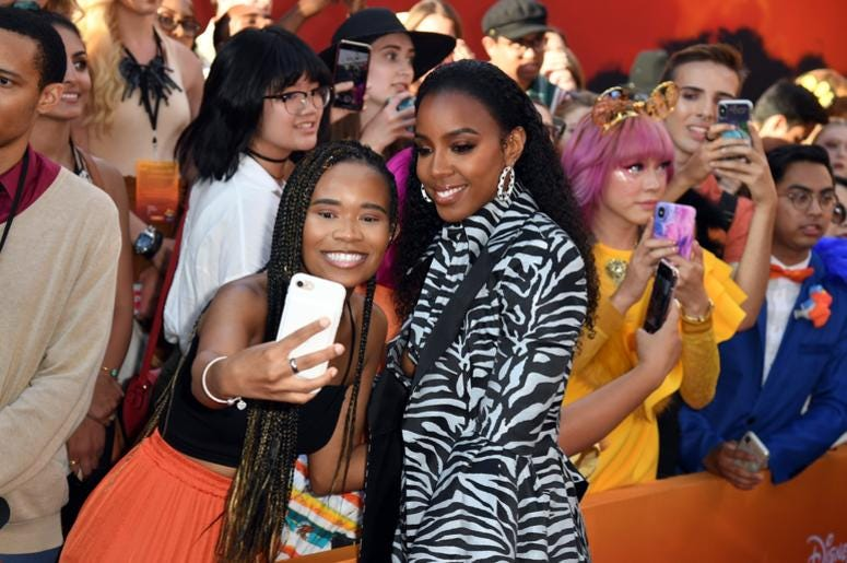 Kelly Rowland spports at 'Lion King' premiere.