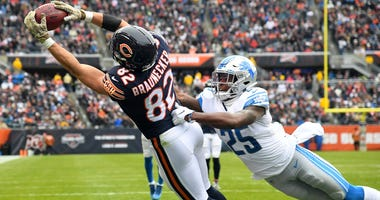 Bears tight end Ben Braunecker (82) makes a touchdown catch against Lions defensive back Will Harris (25).