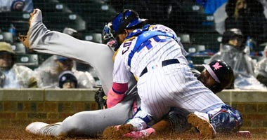 Cubs catcher Willson Contreras (40) tags out Brewers first baseman Jesus Aguilar (24).
