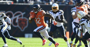 Bears running back David Montgomery (32) carries the ball against the Chargers.