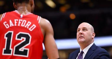 Bulls coach Jim Boylen, right, talks with center Daniel Gafford.