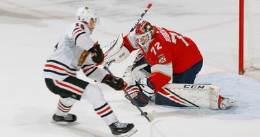 Blackhawks center Jonathan Toews scores the game-winning goal in a shootout against Panthers goalie Sergei Bobrovsky.