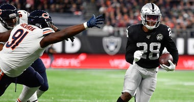 Raiders running back Josh Jacobs (28) rushes for a touchdown against the Bears.