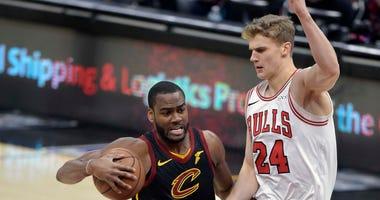 Cavaliers guard Alec Burks (10) drives against Bulls forward Lauri Markkanen (24).