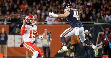 Chiefs quarterback Patrick Mahomes (15) rushes the ball against Bears inside linebacker Nick Kwiatkoski (44).