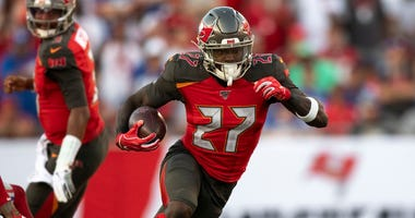 Buccaneers running back Ronald Jones (27) rushes against the Giants.