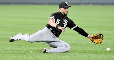 White Sox second baseman Yolmer Sanchez (5) misses a groundball against the Royals.